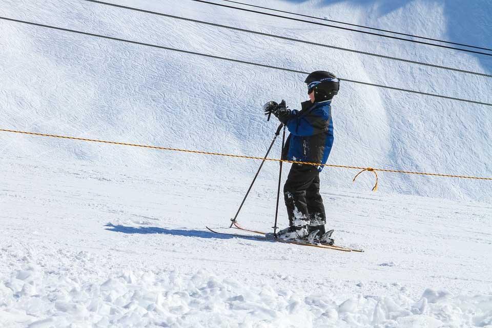 Kinder können frühestens mit drei bis vier Skifahren lernen