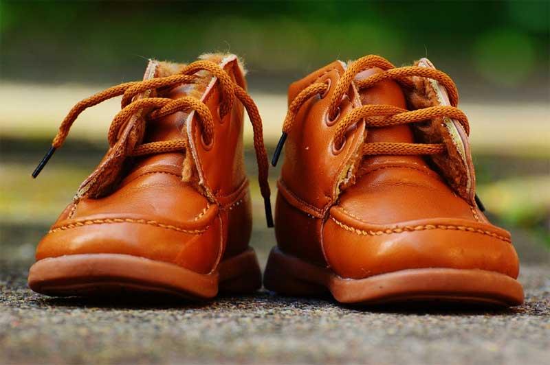 Zu kleine Schuhe können Kinderfüßen dauerhaft schaden