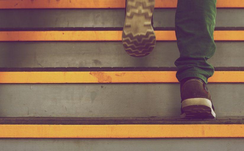 Arthrose: Treppen kniefreundlich hinabsteigen